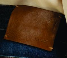 etiqueta de cintura grabada Gucci.