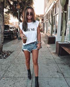 Muscle tee - aposte na tendência fashion com inspirações e faça a sua Short Jeans, Jean Short Outfits, Mode Outfits, Fashion Outfits, Skirt Outfits, Fall Fashion, Style Fashion, Jeans And T Shirt Outfit, White Tshirt Outfit Summer