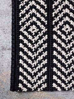 Virkattu matto ja pikkukori skandityyliin | Meillä kotona Tapestry Crochet, Knit Crochet, Diy Interior, Interior Design, Knitting, Home Decor, Crochet Ideas, Crocheting, Bathroom