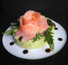Mousseline d'avocat et sa rose de saumon fumé
