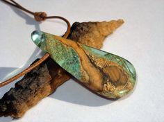 colgante de resina, liquen, madera de olivo, collar, artesano, hecho a mano, resin jewelry, ecologico