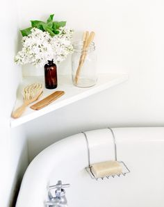 Simple bathroom styling - White bathroom suite in a tranquil interior space Simple Bathroom, Modern Bathroom, White Bathroom, Dyi Bathroom, Bathroom Hacks, Bathroom Trends, Washroom, Bathroom Storage, Bathroom Flowers