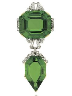 Corsage ornament composed of an octagonal step-cut peridot, with single-cut diamond stepped surmount, suspending a similarly-set diamond spacer link and further fancy-cut peridot drop, circa 1910 Peridot Jewelry, Gems Jewelry, Art Deco Jewelry, Jewelry Accessories, Fine Jewelry, Jewelry Design, Edwardian Jewelry, Antique Jewelry, Vintage Jewelry