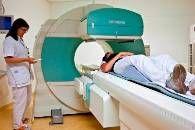 Als MBRT'er op de afdeling Nucleaire Geneeskunde breng je met behulp van radioactieve stoffen de werking in beeld van organen, bijvoorbeeld het hart of de nieren. Dat doe je zowel zelfstandig als met anderen. Om zo goed en zo veel mogelijk informatie te verkrijgen voor de diagnosestelling of behandeling, is het belangrijk dat je een relatie legt tussen de patiënt, de gegevens op de onderzoeksaanvraag en de manier waarop het onderzoek wordt uitgevoerd.