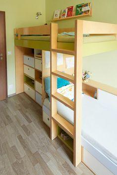 Horní patrová postel v dětském pokoji s policí na knihy © Katka Horáková, www.DesignVille.cz