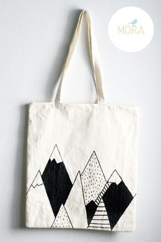 Bolsa De Tela pintada a mano modelo montañas, $80 en https://ofeliafeliz.com.ar