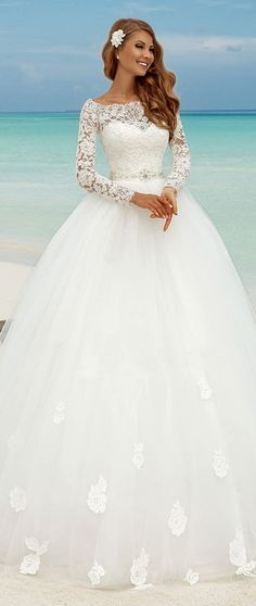 Fabulous Lace Bateau Neckline Ball Gown Wedding Dresses With Appliques. Op een trouw kan je zeker geen schitterde jurk missen!