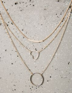 Conjunto 3 colares formas. Descubra esta e muitas outras roupas na Bershka com novos artigos cada semana