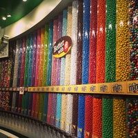 Candy Store Design, Candy Store Display, Candy Room, Chocolate Sweets, Bounty Chocolate, Candy Factory, Junk Food Snacks, Rainbow Candy, Ice Cream Toppings