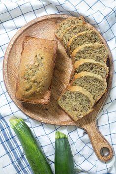 Sűrű, ízletes és nedves cukkini kenyér recept, amelyet könnyű elkészíteni.  Friss vagy fagyasztott aprított cukkinit használ.  Tökéletesen megy egy tál levesgel vagy salátával! Knead Bread Recipe, Tasty Bread Recipe, Yeast Bread Recipes, Quick Bread Recipes, Bread Machine Recipes, Side Dish Recipes, Moist Zucchini Bread, Zucchini Bread Recipes, Icebox Cake Recipes
