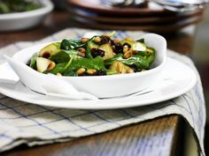 Spinatsalat mit gebratenen Äpfeln und Pinienkernen ist ein Rezept mit frischen Zutaten aus der Kategorie Blattgemüse. Probieren Sie dieses und weitere Rezepte von EAT SMARTER!