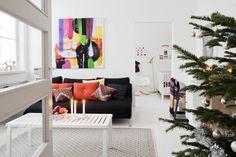 Hillitysti koristeltu joulukuusi ja punaiset omenat tuovat joulumieltä. Perheen kuopuksen, Hillan syntymän jälkeen rakennettu seinä erottaa makuutilan olohuoneesta. Stockmannilta hankitut Missoni Homen ja Hayn koristetyynyt sekä Marimekon kankaasta pingoitettu taulu antavat väriä. Sohvapöytänä on Artekin ritiläpenkki.