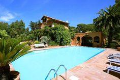 Villa Les Parasols  Karakteristiek landhuis met privézwembad en prachtige tuin op 3 km van de Middellandse Zee.  EUR 4415.38  Meer informatie  #vakantie http://vakantienaar.eu - http://facebook.com/vakantienaar.eu - https://start.me/p/VRobeo/vakantie-pagina