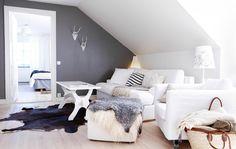 Eine Kuschelecke für Kinder entsteht durch weiche Textilien wie KOLDBY Kuhfell in Braun und bewegliche Möbel.
