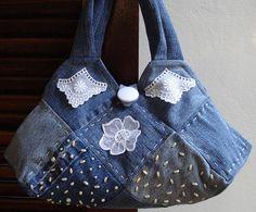 Modelo quadradinhos, toda confeccionada com retalhos de velhos jeans reutilizados. O botão do fechamento é coberto com voil, recebe aplicações em bordado inglês e flor de organdi. Bordada com miçanguinhas peroladas´.