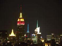 una veduta di New York con l'Empire State Building illuminato con luci led colorate