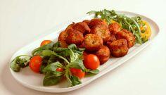 Dette er en oppskrift inspirert av Portugal der en herlig blanding av klippfisk, potet, hvitløk og pepper blir frityrstekt i små boller. Server klippfiskbollene med en frisk salat.