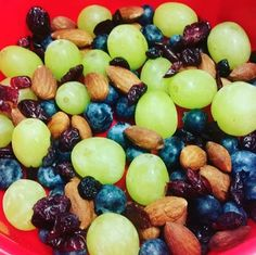 Serving size: ¼ cup nuts (almonds, walnuts, cashews, peanuts)½ cup fresh fruit or ¼ cup dried fruit Vegan Snacks, Healthy Treats, Snack Recipes, Healthy Recipes, Healthy Late Night Snacks, Good Food, Yummy Food, Snacks Sains, Comfort Food