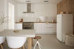 Deze keuken krijgt van ons een dikke tien. De witte Smeg en het grote fornuis zijn echte eyecatchers. De tafelpoten matchen perfect bij het aanrechtblad en de muur aan de rechterkant. Met de juiste accessoires wordt deze keuken helemaal compleet gemaakt.