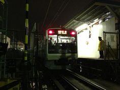 @misrabender 地上東北沢駅を出発する最後の新宿行き。 #シモチカ