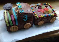 Vonatos szülinapi torta 4th Birthday, Gingerbread, Food, 4th Anniversary, Ginger Beard, Essen, Meals, Yemek, Eten