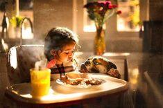 Sujata Setiaさんは、ロンドンを拠点にするフォトグラファーです。現在、3歳の娘と息子(犬)がいます。娘さんは学校で「犬じゃないの。兄弟なの」と話すほど「2人」は仲が良いんだとか。母親になり娘の写真を撮り始めた時からのめり込んだというSetiaさんの作品は、見ていると心が温かくなります。Setiaさんが撮った、娘さんと「息子」さんの日常が写し出された世界へいってらっしゃい。「まだ眠いよ…」