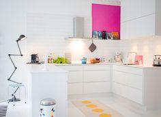 jeg er jonathan kitchen with pink patch Cosy Kitchen, Home Decor Kitchen, Kitchen Interior, New Kitchen, Home Kitchens, Kitchen Dining, Dining Rooms, Cocinas Kitchen, White Interior Design
