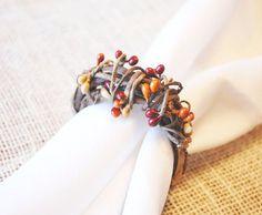 Anéis para Guardanapos Podem ser feitos à mão utilizando pequenos gravetos, flores, cristais, pérolas ou também antigos anéis em metal estilo vintage.