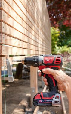 Build your own privacy screen out of wood - Attach crossbars with the cordless screwdriver Informations About Sichtschutz aus Holz selber bauen -