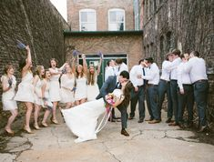 Les hommes innovent pendant la photo de mariage