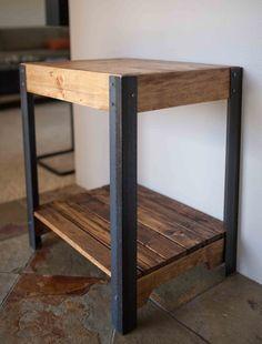 Palet madera mesa con patas de Metal y estante inferior