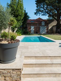 Travertin Light Mixte CUPA STONE pour un beau projet de terrasse avec piscine à.