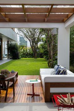 Com traços limpos e retos, esta residência flerta com o estilo minimalista. Seu maior feito? Equilibrar volumes marcantes e ambientes propícios ao lazer, sempre ao lado do jardim