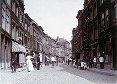 555_16786 Voorstraat tussen Steegoversloot en Nieuwbrug. Rechts is de poort van de Munt. Links … - Regionaal Archief Dordrecht