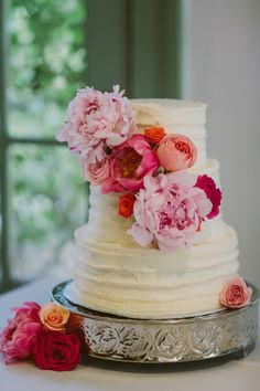 Pretty floral decorated cake: http://www.stylemepretty.com/texas-weddings/austin/2015/02/23/romantic-outdoor-art-museum-wedding/ | Photography: Luxe - http://www.photographyluxe.com/