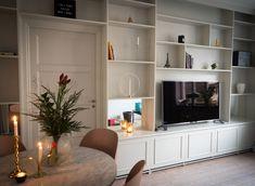 Min platsbyggda bokhylla Diy Bookshelf Wall, Interior Design Living Room, Living Room Decor, Interior Design Presentation, White Interior Design, Restaurant, Home Decor, Houses, Lounges