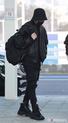 Jungkook style and his fashion can be called as casually practical. His fashion and outfits tends to be the most laid-back and quite predictable among all the members. Jungkook Style, Jungkook Cute, Foto Jungkook, Jimin, Bts Airport, Airport Style, Kpop Fashion, Korean Fashion, Airport Fashion