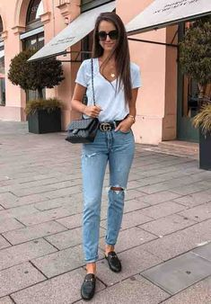Look calça jeans destroyed, cinto gucci, tshirt branca lisa, flat mule e bolsa com alça de corrente. Best White T-Shirts For Any Budget - Women Tee Unique Outfits, Casual Outfits, Cute Outfits, Fashion Outfits, Trendy Fashion, Fashion Ideas, Fashion Tips, Trendy Swimwear, Crop Top Outfits