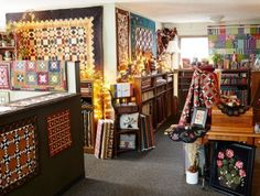 A quilting trio cultivates a homey haven where camaraderie and creativity flourish. Quilt Patterns Free, Pattern Blocks, Quilting Tips, Machine Quilting, Store Window Displays, Shop Displays, Wool Shop, Sewing Rooms, Fabric Shop