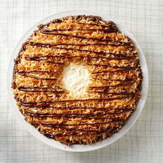 No-Bake Samoa Pie - Save a stash of Samoas (or Caramel DeLights) in order to make an epic pie that looks, and tastes, just like the classic Girl Scout cookie. Summer Desserts, No Bake Desserts, Delicious Desserts, Easy Desserts, Pie Recipes, Cookie Recipes, Dessert Recipes, Pie Dessert, Burger Recipes