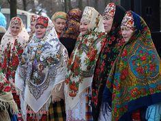Folk Art in Russia and Ukraine Traditional Fashion, Traditional Dresses, Mode Russe, Nomad Fashion, Ethnic Fashion, Women's Fashion, Russian Folk Art, Russian Babushka, Russia Ukraine