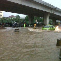 @Triyasqurni:  Foto banjir di Jl Raya Yos Sudarso Tg.Priok depan Polres Jakarta Utara