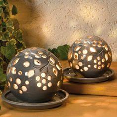 Graue Deko Keramik Lichtkugeln, mit Teller und Teelicht - Zauberhaftes Lichtspiel für romantische Abende für innen und außen geeignet. Schöne Keramikkugeln in zeitgemäßer, pflegeleichter Glasur, wetterfest.