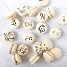 ✨More Harry Potter macarons for a wedding! ⚡️ ✨More Harry Potter macarons for a wedding! Harry Potter Torte, Harry Potter Desserts, Harry Potter Birthday Cake, Harry Potter Food, Harry Potter Wedding, Harry Potter Fandom, Harry Potter Cupcakes, Harry Potter Marathon, Harry Potter Merchandise