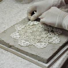 Mimo nieustannie zmieniającej się mody i pojawiających się nowych materiałów, kafle ciągle pozostają bardzo pożądanym i popularnym materiałem wykończeniowym, nie tylko do budowy kominków. Oczywiście na przestrzeni wieków zmieniała się zarówno ich forma, kształty, wielkości, a zwłaszcza kolorystyka i rodzaje powierzchni.