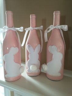 45 Festive Indoor Easter Decoration Ideas and Projects - HERCOTTAGE We want you to have the best of the décor in your neighborhood. Therefore we bring you these Festive Indoor Easter Decoration Ideas and Projects! Glass Bottle Crafts, Wine Bottle Art, Painted Wine Bottles, Decorate Wine Bottles, Glass Bottles, Beer Bottle, Bunny Crafts, Easter Crafts, Diy Osterschmuck