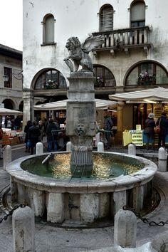 Asolo Veneto Treviso Definita da Giosuè Carducci la Città dei cento orizzonti, Asolo è uno dei centri storici più suggestivi d'Italia. Raccolta entro le antiche mura che si diramano dalla Rocca, fortezza del XII° secolo, conserva in ogni scorcio testimonianze della sua millenaria storia.