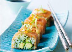 """Er du til sushi, kan du også lide de små ruller med røget laks og fyld af """"grønne"""" ris med mild wasabismag. De er rigtig flotte til en forret eller appetizer. Sæt små tallerkener og små skåle med soja og pinde frem til hver, så I kan sidde og dyppe"""