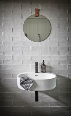 Home Interior Dark Appunti di casa: Interior trend: textured subway tiles Bad Inspiration, Interior Design Inspiration, Bathroom Inspiration, Inspiration Boards, Beautiful Bathrooms, Modern Bathroom, Small Bathroom, Bathroom Sets, Textured Tiles Bathroom
