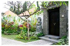 Bali Tropical Landscaping: Tropical Garden at White Rose's Villas Tropical Garden Design, Tropical Landscaping, Tropical Houses, Tropical Gardens, Modern Entrance, Entrance Ways, House Entrance, Balinese Garden, Terrace Decor